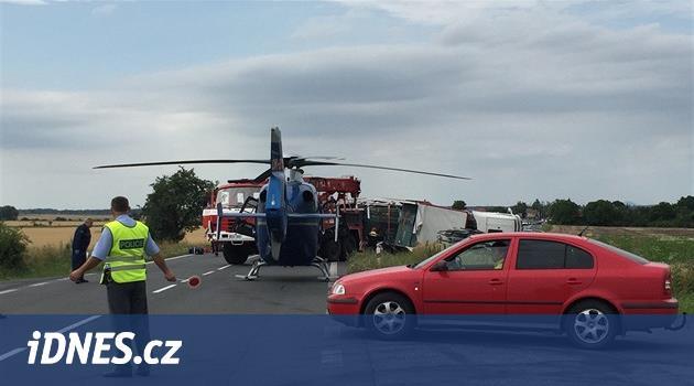 Při nehodě dvou aut u Třeboně zemřeli tři lidé, šest se zranilo