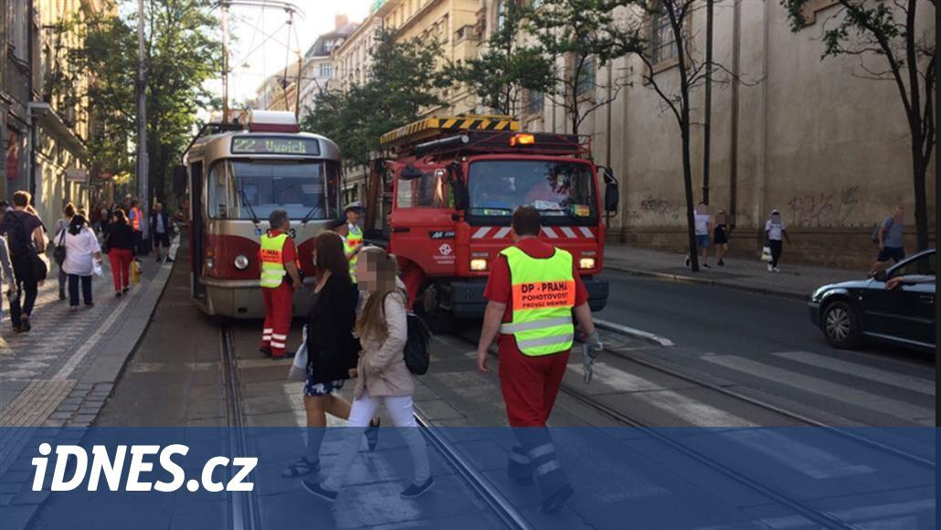 Pražskou MHD blokuje u Karlova náměstí poškozená tramvaj
