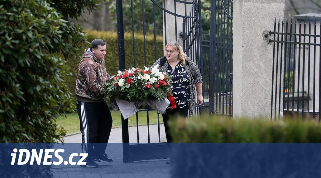 Lidé se loučí s věštkyní Jolandou, rodina chce pohřeb bez veřejnosti