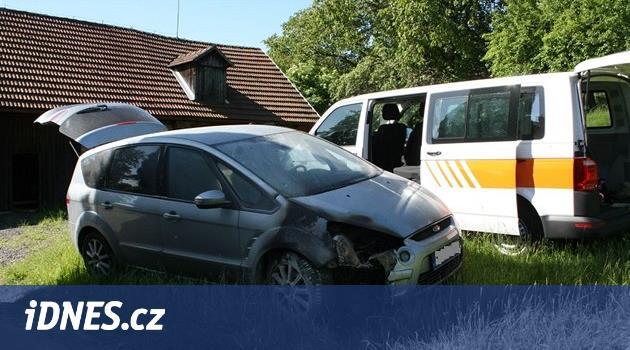 Žhář na Královédvorsku zapálil čtyři auta, v cele napadl policisty