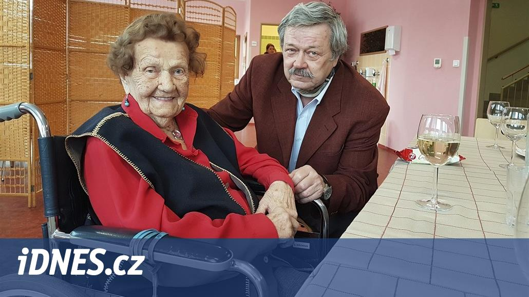Den vítá hltem slivovice a výborně zpívá. Žena slavila 105. narozeniny