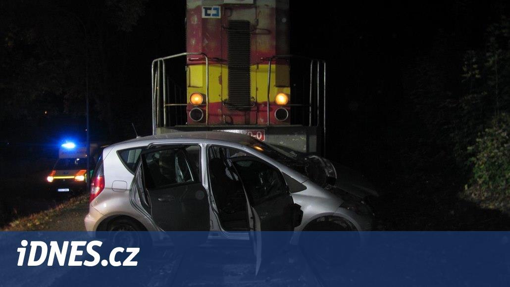 Auto vjelo ve Zlíně pod vlak, řidička i spolujezdec jsou zranění