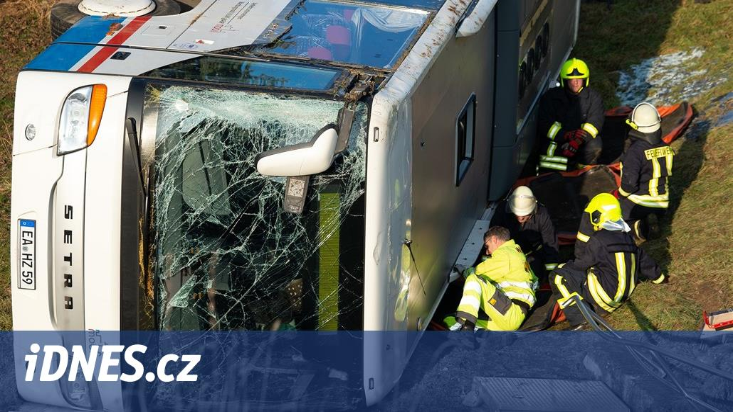 V Německu havaroval autobus plný děti, při nehodě dvě zemřely