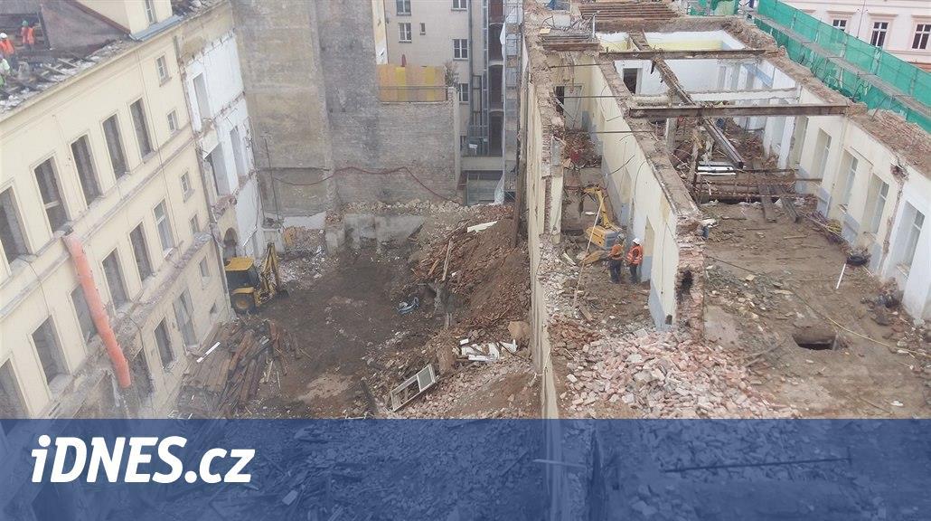 Policie bude zjišťovat, proč spadl v Mikulandské ulici na dělníky strop