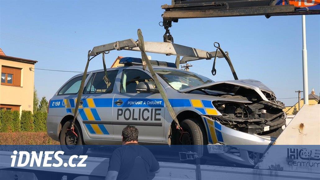 Policisté bourali při honičce s řidičem. Muže, který nehodu fotil, zadrželi