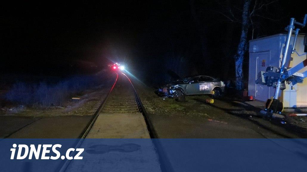 Řidička se vyhýbala kočce a nabourala na přejezdu, prázdné auto smetl vlak