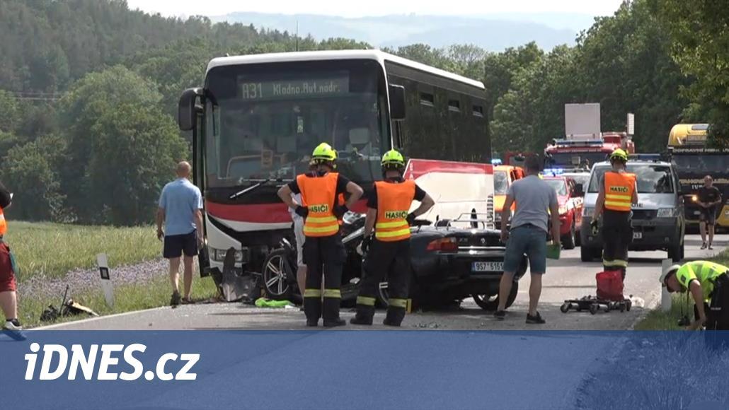 Při střetu se kabriolet slisoval pod autobus, zranilo se pět lidí