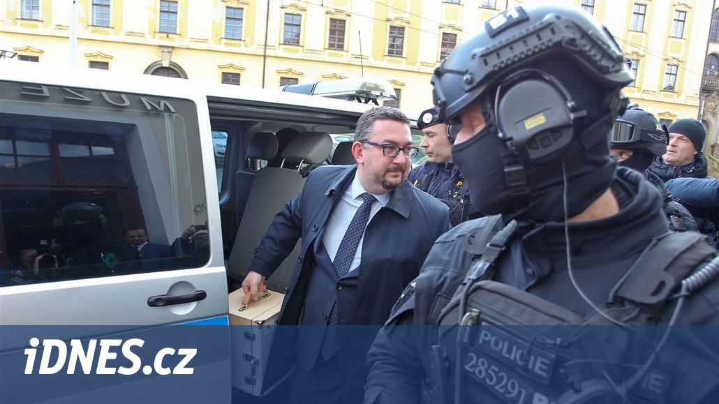 VIDEO: Hlavu Kelta střežili při převozu do Olomouce policisté se samopaly