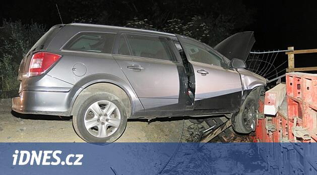 Řidič vjel do zákazu na opravovaný most, vůz skončil ve výkopu