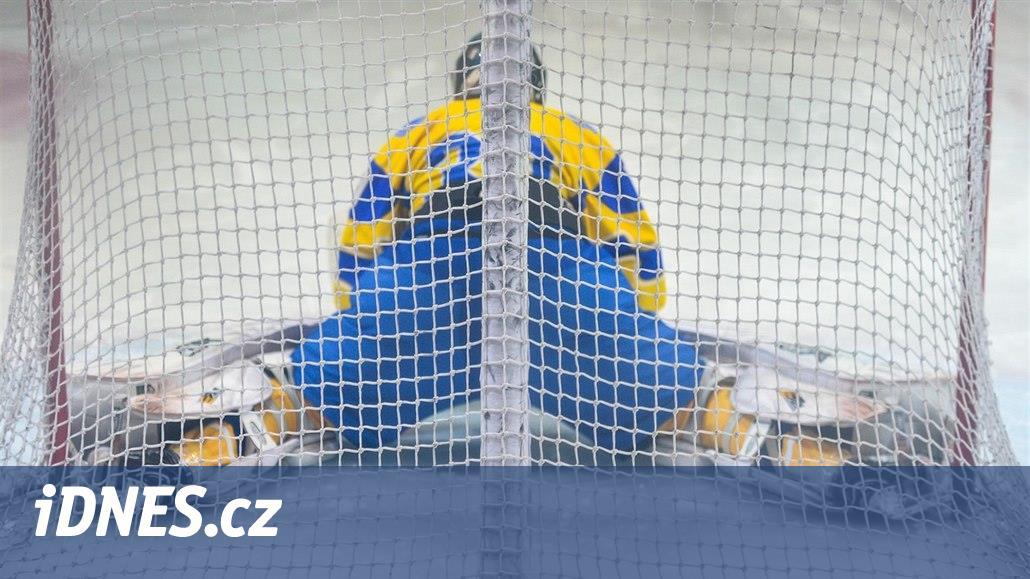 Ukrajinským hokejistům se zranili oba gólmani, a tak se 17 minut postávalo