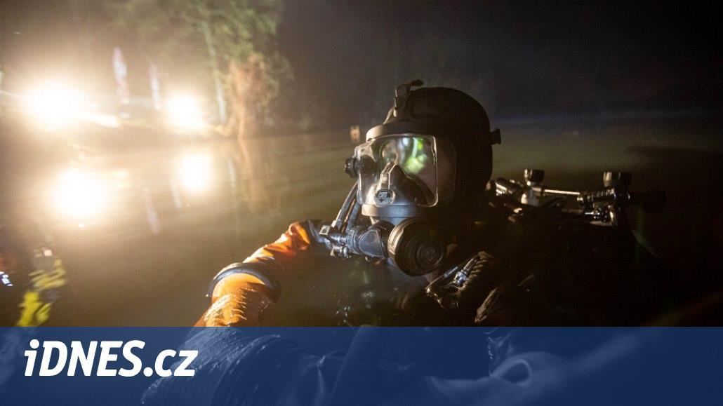 Auto sjelo do rybníka v rybářském revíru, lovili ho potápěči od hasičů