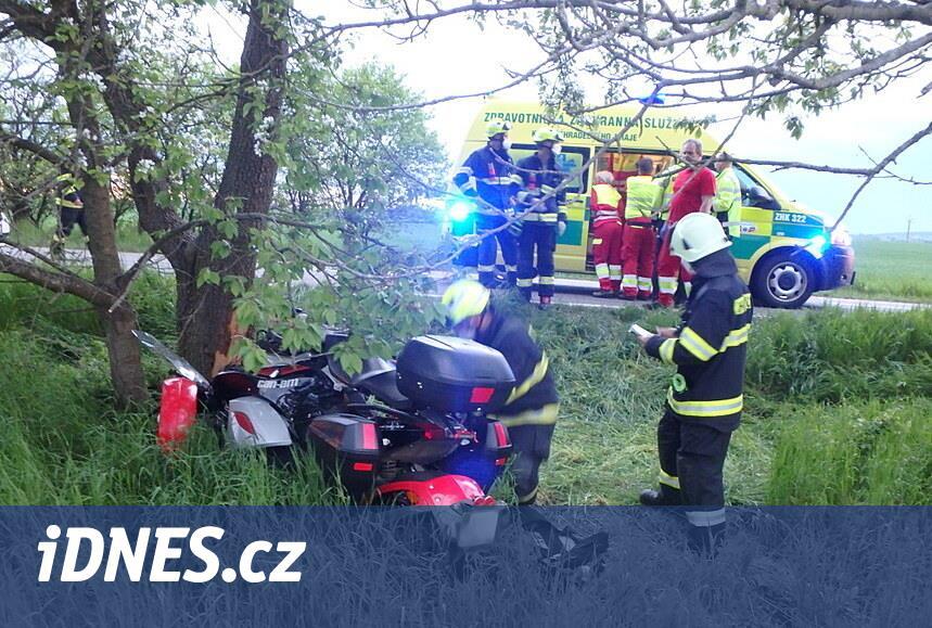 Dvojice na čtyřkolce narazila do stromu, pro ženu přiletěl vrtulník
