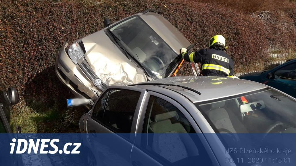 Senior neovládl roztlačované auto a sjel ze srázu na jiný vůz