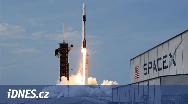 Z ISS se po měsících vrací čtyřčlenná posádka lodi Crew Dragon Resilience
