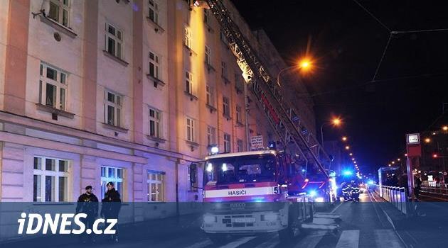 V noci na sobotu hořel byt v Praze 3. Hasiči evakuovali obyvatele domu